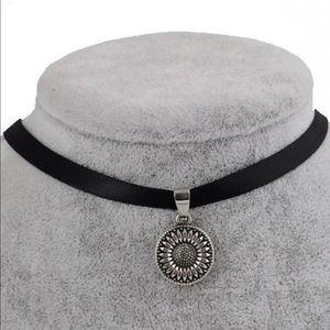 Jewelry - 🌻Faux Leather Sunflower Choker🌻